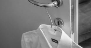 weißes Hemd zu heiß gebügelt